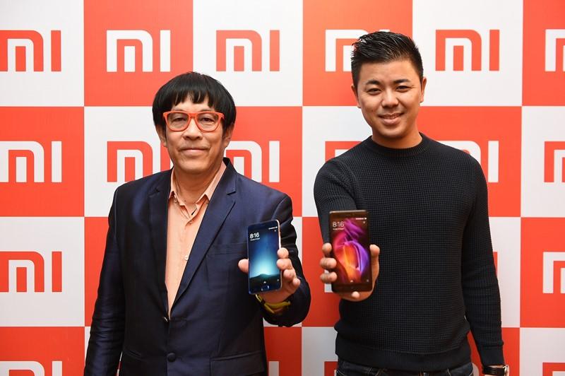 นายโดโนวาน ซง (ขวา) และ นายสมศักดิ์ เพ็ชรทวีพรเดช (ซ้าย)_