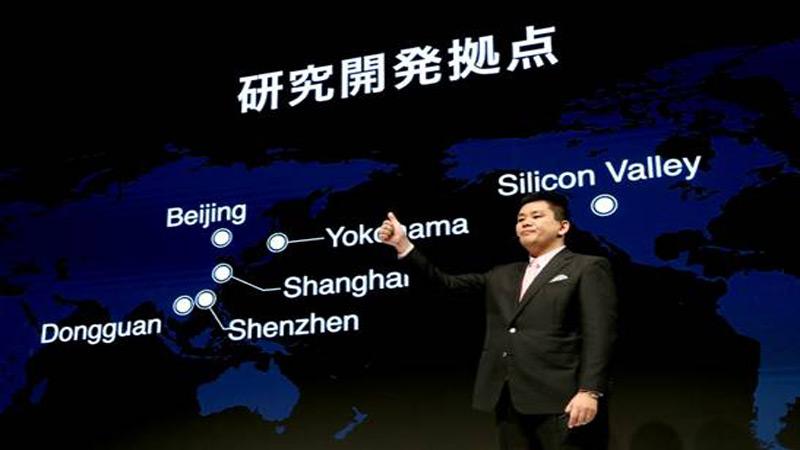 Kensou Kouno คณะกรรมการบริหารของบริษัท OPPO Japan กำลังแนะนำสมาร์ทโฟน และ ศูนย์วิจัยและพัฒนาของ OPPO