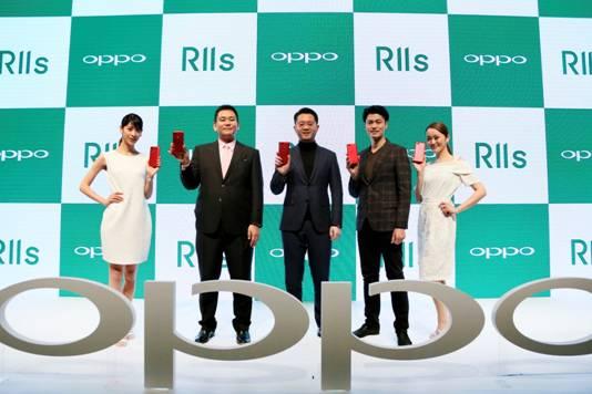 จากซ้ายในชุดสูทสีดำ Kensou Kouno คณะกรรมการบริหารของบริษัท ออปโป้ Japan และ Sean Deng CEO ของบริษัท OPPO Japan ณ งานแถลงข่าวพร้อมกับช่างภาพชื่อดังชาวญี่ปุ่น Shuichi Tsunoda